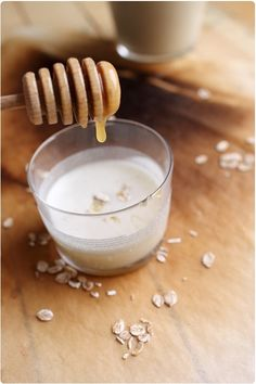 Le lait d'avoine fait parti des recettes de lait maison très simple à faire. Il suffit juste d'avoir de l'eau et des flocons d'avoine. Il est aussi intéres