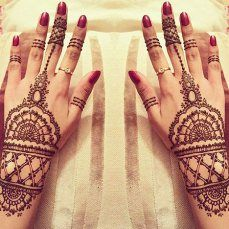 All you mommies out there! Here is a visual treat. Check out 20 beautiful mehndi designs and sport one in style this Karva Chauth! <3 https://thechampatree.in/2016/10/17/karva-chauth-mehndi-designs/