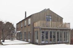 Lidingö - Brevik - Unik trävilla i järnvitriol - Viss sjöutsikt - Beautiful Modern Homes, Beautiful Buildings, Modern Farmhouse Exterior, Contemporary Architecture, House Architecture, Villa, Modern Barn, House Extensions, House In The Woods
