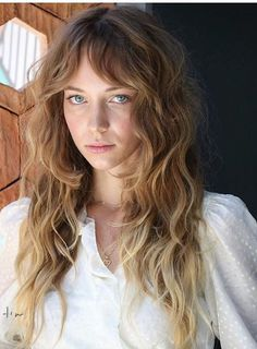 minimalist natural glowy womens makeup look, natural beach hair simple style Messy Hairstyles, Pretty Hairstyles, Hair Day, New Hair, Corte Y Color, Wavy Hair, Wavy Bangs, Loose Hair, Great Hair