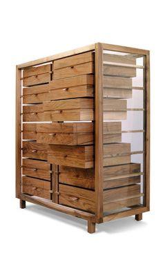 Commode 14 tiroirs. Les tiroirs sont en noyer, les poignées sont en cuir et les cotés sont en verre.