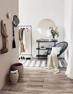 Ein stilvoller Eingangsbereich ist keine Frage des Platzes. Doch besonders in kleinen Wohnungen sollte er optimal genutzt werden. Kombiniere praktische Möbel mit einem gemütlichen Sessel – das lässt den Flur sofort wie einen zusätzlichen Wohnraum wirken. Ein Farbkonzept wie hier in Weiß, Creme und Rosé mit schwarzen Akzenten geben dem Entree einen Rahmen. // Flur Eingangsbereich Ideen Deko Sessel Bank Vase Blumen Kissen Teppich Sideboard Skandinavisch #Flur #Eingangsbereich #Skandinavisch