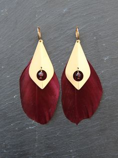 Myo jewel - boucles d'oreilles plumes, laiton brut et perles de Grenat / Gemstone, raw brass & Feather earrings