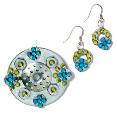 Here's another cool piece of washer jewelry. We're loving the combination of dainty and industrial. Necklace Display, Jewellery Display, Washer Crafts, Necklace Length Chart, Jewelry Making Classes, Aluminum Cans, Washers, Steel Jewelry, Joyful