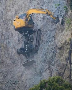 Discover thousands of images about This digger working on the side of a cliff Heavy Construction Equipment, Construction Machines, Heavy Equipment, Road Construction, Mining Equipment, Heavy Machinery, Volvo, The Incredibles, Amazing