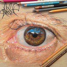 œil hyperréaliste dessiné aux crayons de couleurs .....