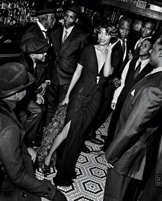 Actress Zoe Saldana& Harlem Renaissance shoot for Vanity Fair. I love the Harlem Renaissance, the writers, musicians and artists of th. Harlem Renaissance Fashion, Renaissance Wedding, Renaissance Art, Renaissance Makeup, Fashion 1920s, Renaissance Costume, Renaissance Paintings, Renaissance Clothing, Fashion Wear