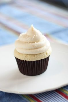 Vanilla Cupcakes - everyone needs a good vanilla cupcake recipe! Easy Cake Recipes, Cupcake Recipes, Baking Recipes, Sweet Recipes, Dessert Recipes, Simple Recipes, Party Recipes, Just Desserts, Delicious Desserts
