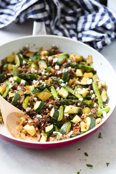 Ground Beef Veggie Skillet - This Ground Beef Veggie Skillet is made with onions, bell pepper, zucchini, asparagus and of course ground beef. And it can be ready from start to finish in 30 mins. It's also low-carb and gluten-free. Healthy Beef Recipes, Low Carb Dinner Recipes, High Protein Recipes, Keto Recipes, Quick Recipes, Keto Dinner, Diabetic Recipes, Soup Recipes, Veggie Skillet Recipe
