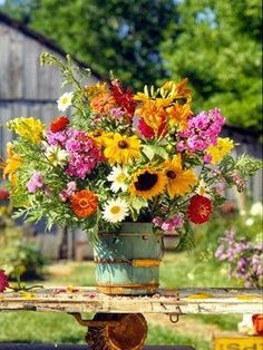 This cheery, abundant bouquet makes me smile!