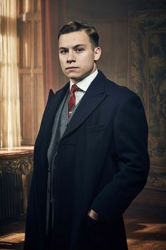 Finn Cole As Michael Gray In Peaky Blinders. He's the Son of Polly Gray, who was taken from her when he was young. He is a member of the Peaky Blinders and is also a member of the Shelby Family. Peaky Blinders Season 5, Peaky Blinders Series, Cillian Murphy Peaky Blinders, Michael Peaky Blinders, Mafia, Finn Cole, Tom Hardy, Keanu Reeves, Film Movie