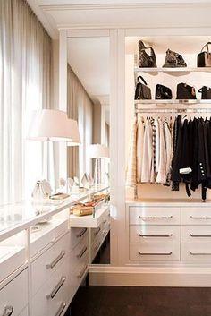 Un elegante y luminoso vestidor que toda mujer querría tener. #BrandsSociety #vestidor #closet