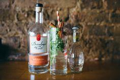 'Jeder Gin enthält eine pflanzliche Gewürznote, und Zimt ist eine tolle Möglichkeit, um das hervorzuholen. Sowohl Zimt als auch Koriander untermalen die Frische das Gins. Für einen anständig würzigen G&T, nimm am besten einen Gin wie Darnleys.'– Eduardo de la Mora, Eigentümer von Three Six SixEduardos Rezept:Gib ein paar Korianderzweige in ein Glas. Füge den Zimt hinzu und gieße dann Gin oben drauf. Nach dem Umrühren fügst Du Eis und Tonic hinzu.'