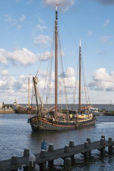 Handelsschip in de haven van Volendam