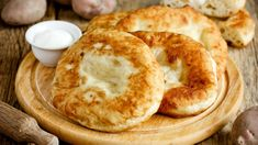 Ο καιρός είναι ιδανικός για ζεστά εδέσματα. Τι καλύτερο από ένα λαχταριστό σνακ που λειτουργεί ως comfort food για τις δύσκολες ώρες; | TASTE | BOVARY | Συνταγή, ΤΗΓΑΝΟΨΩΜΟ, σνακ Rose Bakery, Bagel, Feta, Camembert Cheese, Pancakes, Sweet Home, Food And Drink, Snacks, Cooking