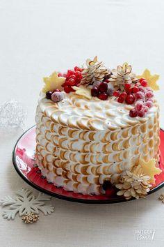 Deze kersttaart bestaat uit 6 lagen sinaasappel-maanzaadcake met daartussen sinaasappelcurd en cranberryjam en is afgewerkt met Italiaanse meringue.