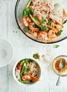 春雨といえばダイエットの味方としても人気の食材ですよね。 つるつるとした食べやすさでいろいろな料理に使われます。 今回は春雨サラダで野菜もたっぷり食べられるレシピをご紹介します。