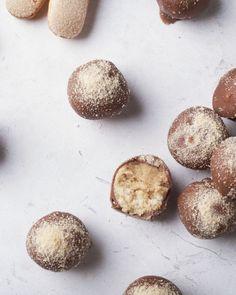 Tiramisu is niet enkel een lekker dessert, je kan ook originele truffels maken met de smaken van tiramisu. Ideaal voor na een feestelijk etentje bij de koffie! Candy Recipes, Sweet Recipes, Baking Recipes, Dessert Recipes, Eat Dessert First, Dessert Bars, Chocolate Bomb, Chocolate Recipes, Blueberries