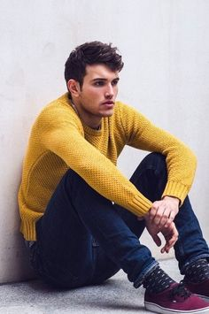 Marry a yellow crew-neck sweater with navy jeans to feel completely confident and look cool and casual. Purple plimsolls finish this look quite well. Mens Fashion Blog, Fashion Moda, Look Fashion, Fashion Photo, Fashion Ideas, Sharp Dressed Man, Well Dressed, Streetwear, Looks Style