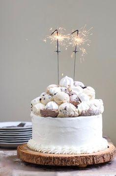 Meringue-Topped Layered Ice Cream Birthday Cake - full t. - Sweets and Desserts Recipes - Birthday Cake Dark Chocolate Ice Cream, Vanilla Bean Ice Cream, Mini Chocolate Chips, Stabilized Whipped Cream Frosting, Robot Cake, Ice Cream Birthday Cake, Wooden Cake Stands, Pastel, Cake Toppings