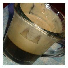 Cafe con azucar integral y leche de mani.
