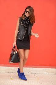 zapatilla azul con vestido negro