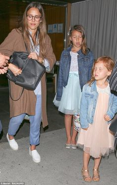 Jessica Alba wearing Vince Warren Leather Sneakers, Cuyana Leather Backpack in Black, The Great. the Carpenter Trousers and The Great. House Coat in Chestnut Jessica Alba Husband, Jessica Alba Family, Jessica Alba Outfit, Jessica Alba Style, Angelina Jolie Skinny, Easy Mom Fashion, Star Fashion, Girl Fashion, Pregnancy Outfits