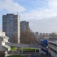 Tower blocks along Yartnon Way in Thamesmead - there are 16 of them starting with Clewer House on the left and ending with Argali House on the right at the back. In the front: a walkway connects the sunlit Coralline Walk with Evenlode House (in the shade); both are set to be demolished by 2021. Designed by the GLC's Department of Architecture and Civic Design in 1965 and built in 1967-72. #glcdepartmentofarchitecture #glcarchitects #robertrigg #yarntnoway #lesnes #parkview #thamesmead… Cubist Architecture, Tower Block, Social Housing, Brutalist, Walkway, Great Britain, Skyscraper, Building