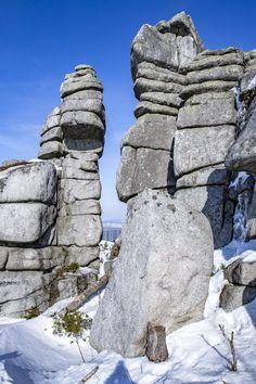 Der Dreisesselberg befindet sich im Bayerischen Wald (Landkreis Freyung-Grafenau) und ist 1.333m hoch.   Schöne Kapelle und sehr interessante Felsformationen! Berg, Mount Rushmore, Mountains, Outdoor Decor, Nature, Travel, Pictures, Woods, Armchair