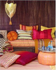 bahçede renklli yastıklarla dekorasyon