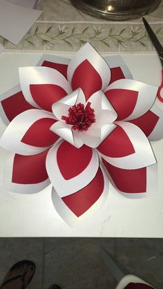 Paper Flower Patterns, Paper Flowers Craft, How To Make Paper Flowers, Large Paper Flowers, Big Flowers, Flower Crafts, Paper Crafts, Paper Roses Tutorial, Crepe Paper Roses