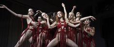 Suspiria (2018) Amerykańska tancerka Susie Bannion, udaje się do Berlina, aby rozpocząć naukę w tamtejszej, prestiżowej szkole baletu. Jej przyjazd zbiega się w czasie z tajemniczym zniknięciem Patricii, jednej z wychowanek akademii. Susan, czyniąca niesamowite postępy pod okiem ekscentrycznej dyrektor artystycznej szkoły – Madame Blanc, szybko zaprzyjaźnia się z inną tancerką Sarą. Kiedy w szkole dochodzi do kilku mrożących krew w żyłach incydentów, obie dziewczyny zaczynają nabierać…