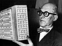 Pic. 16 Le Corbusier cunha maqueta da Unidade de Habitación.