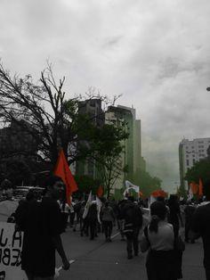 Marcha 1 de Mayo.                                      El pueblo se une, alzamos nuestra voz.                                      Con banderas rojas, con gases verdes.