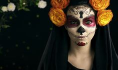 Learn how Mexico's Dia de los Muertos is more than just another Halloween celebration. Mexican Halloween, Halloween Photos, Halloween 2019, Day Of The Dead Woman, Horror Makeup, Maquillaje Halloween, Halloween Celebration, Tours, Halloween Disfraces