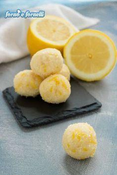 Tartufi al limone: sono peggio delle ciliegie, uno tira l'altro! - Forno e fornelli ♦๏~✿✿✿~☼๏♥๏花✨✿写☆☀🌸🌿🎄🎄🎄❁~⊱✿ღ~❥༺♡༻🌺MO Dec ♥⛩⚘☮️ ❋ Lemon Recipes, Sweets Recipes, Cookie Recipes, Mini Quiche Lorraine, My Favorite Food, Favorite Recipes, Buzzfeed Tasty, Biscotti Cookies, Cheesecake Desserts