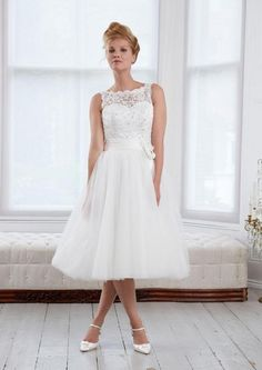 Vintage Tea Length Wedding Dress – This length wedding dresses is considered the best in the warmer climates. They are ideal for weddings tropical theme or beach weddings. These dresses are not only profitable, but very comfortable