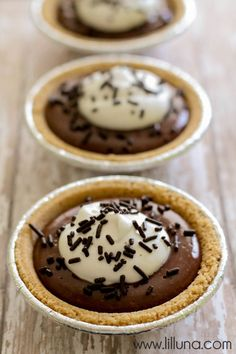 Mini Smores Pie - chocolate pudding and marshmallow cream - YUMMY! { lilluna.com }