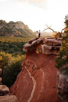 Definitely want something like this since I'm so into hiking. #engagementphoto