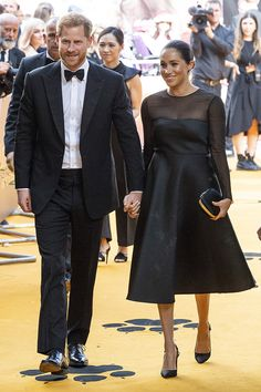 Beyoncé and Meghan Markle Shared a Style Moment at The Lion King Premiere in London - Photo: Getty Images Meghan Markle, Windsor, Classic Blue Suit, Evolution Of Fashion, Beyonce And Jay, Babydoll Dress, Duke And Duchess, Trench Coats, Prince Harry