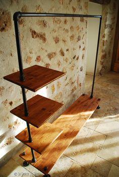 un dressing style industriel réalisé avec des tuyaux et du bois - déco DIY