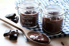 Pour retomber en enfance : petites crèmes au chocolat façon Danette • sucre en poudre 70 g - cacao amer 30 g - chocolat en poudre sucré 20 g - lait 1/2 litre - Maïzena 25 g - crème entière semi-épaisse 2 c.s