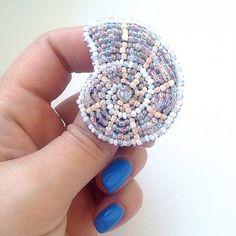 ❌Нет в наличии. Возможен повтор❌ . Брошь Ракушка. Нежно. Винтажно. Изыск, который не требует комментариев . Размер =3,7*4,5см Цена = 1190р. #handmade #handmadebrooch #handmade_ru_jewellery