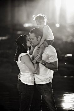 Family Pictures Idea Outdoors | Family Portrait Ideas | Capturing Memories {Photography Ideas ...