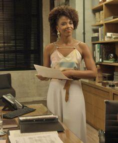 A elegância de Laura (Heloísa Jorge) não tem fim! A empresária usou uma blusa estampada com uma longa saia branca. Para dar o toque charmoso, uma faixa com um laço na cintura