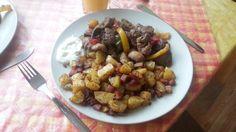 kuřecí játra s brambory pečenými se slaninou a bylinkami