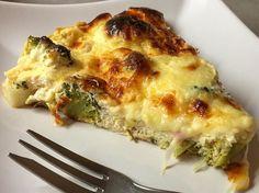 ZAPEČENÁ BROKOLICE  @coniecto  Ingredience:  1 brokolice 500g odtučněné tvarohu 3 vejce Mozzarella ( strouhaná ) Čerstvá chilli paprička Bylinky / Česnek  Postup: Uděláme brokolici na páře. Ostatní ingredince kromě mozzarelly, smícháme dohromady. Hotovou brokolici dáme do silikonové formy nebo zapíkací mísy, zalijeme hotovou směsí a na vrch dáme nastrouhanou mozzarellu. Pečeme na 200'C cca 30min. ☺️ Je to dobrota veliká !