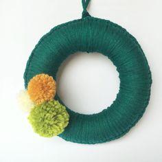 Hemos hecho esta corona de Navidad con trapillo y pompones de lana www.️feltandfeel.blogspot.es #corona #wreath #coronanavidad #feltandfeel