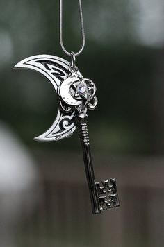 Moon and Key Key Jewelry, Cute Jewelry, Jewelery, Jewelry Accessories, Key Necklace, Pendant Necklace, Necklaces, Arrow Necklace, Cles Antiques