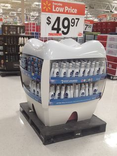 Una isleta sobre un palet en el que se ofertan productos bucales, y el expositor lleva forma de muela. Alberto Soto.     Retail Point of Purchase Design | POP Design | Crest display at Walmart